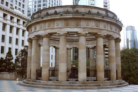 The Shrine is 10 metres in diameter and consists of a Grecian Doric circular colonnade of 18 columns representing 1918, the year of peace. Written around the top coping are the names of the battles in which Australian units figured prominently. In the centre is the Eternal Flame of Remembrance, set in a bronze urn